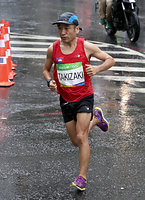 男子マラソンで2キロ付近を走る猫ひろし=林敏行撮影