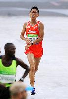 男子マラソンの94位でゴールする北島寿典=長島一浩撮影