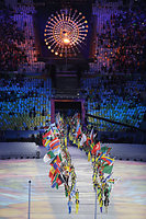 聖火の下から入場する各国の旗手たち=長島一浩撮影