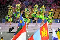 雨が降りしきるなか、各国選手の入場に合わせて踊るダンサー=諫山卓弥撮影
