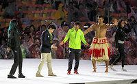 閉会式会場のステージで、各国の選手たちとステージに上がるレスリング女子の伊調馨(中央)=西畑志朗撮影