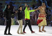 閉会式会場のステージで、各国の選手たちとステージに上がるレスリング女子の伊調馨(右から2人目)=西畑志朗撮影