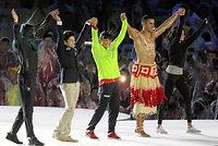閉会式で、各国の選手たちとステージに上がったレスリング女子の伊調馨(中央)=西畑志朗撮影