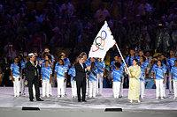閉会式で、IOCのバッハ会長から五輪旗を受け取った小池百合子・東京都知事(右)=21日、ブラジル・リオデジャネイロのマラカナン競技場、諫山卓弥撮影