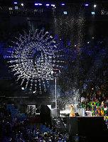 会場に降り注ぐ雨の演出で聖火が消え、リオ五輪が閉会した=諫山卓弥撮影
