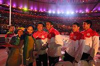 閉会式を終えて、記念撮影をする男子400メートルリレーで銀メダルを獲得した(右から)飯塚翔太、山県亮太、ケンブリッジ飛鳥、桐生祥秀=西畑志朗撮影