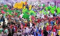 サンバに合わせて踊る各国の選手たち=諫山卓弥撮影