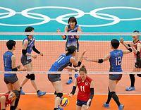 バレーボール女子の韓国戦、第1セット、得点を奪い喜ぶ木村(中央奥)ら日本の選手たち=6日、ブラジル・リオデジャネイロ、諫山卓弥撮影