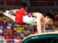 体操男子予選で跳馬の演技をする内村航平=6日、ブラジル・リオデジャネイロ、長島一浩撮影