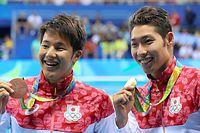 男子400メートル個人メドレーで優勝した萩野公介(右)と3位の瀬戸大也は笑顔でメダルを掲げる=林敏行撮影