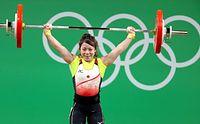 重量挙げ女子48キロ級、3回目で成功した三宅宏実のスナッチ=時事