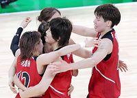 バスケットボール女子1次リーグでベラルーシを接戦の末に破り、喜ぶ渡嘉敷(右端)ら日本チーム=時事