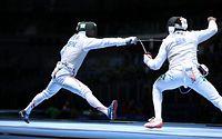男子フルーレ個人2回戦、ブラジル選手を攻める太田雄貴(左)=林敏行撮影