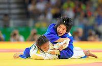女子52キロ級3位決定戦で銅メダルを獲得した中村美里(上)=長島一浩撮影