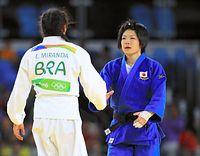 女子52キロ級3位決定戦で銅メダルを獲得し、ミランダ(左)と握手をかわす中村美里=長島一浩撮影