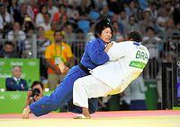 女子52キロ級3位決定戦で、有効を奪う中村美里=竹花徹朗撮影