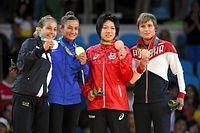女子52キロ級の表彰式で銅メダルを掲げる中村美里(右から2人目)=竹花徹朗撮影