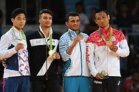 男子66キロ級の表彰式で銅メダルを掲げる海老沼匡(右)=竹花徹朗撮影