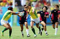 後半、ブラジル選手をかわし攻め込む山口(左から2人目)=長島一浩撮影