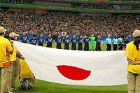 試合前、国歌斉唱をする日本代表=諫山卓弥撮影