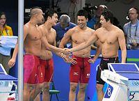 男子400メートルリレー決勝を泳ぎ終え、握手を交わす(右から)古賀淳也、小長谷研二、中村克、塩浦慎理=竹花徹朗撮影