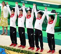 男子団体で金メダル獲得し、表彰台で喜ぶ(左から)加藤凌平、白井健三、田中佑典、内村航平、山室光史=林敏行撮影