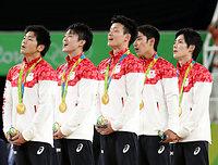 男子団体で金メダルを獲得し、「君が代」を歌う(左から)山室光史、内村航平、田中佑典、白井健三、加藤凌平=長島一浩撮影