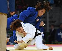 女子57キロ級3位決定戦、連珍羚(下)を攻める松本薫=竹花徹朗撮影