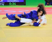 女子57キロ級3位決定戦、連珍羚を攻める松本薫(左)=樫山晃生撮影