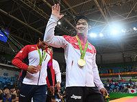 男子73キロ級決勝、金メダルを獲得して声援にこたえる大野将平=竹花徹朗撮影
