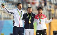 スラローム男子カナディアンシングルで銅メダルを獲得した羽根田卓也(右)=林敏行撮影