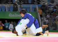 女子63キロ級準決勝で敗れた田代未来(右)=竹花徹朗撮影