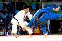 男子81キロ級3位決定戦で、チリキシビリ(右)を破り銅メダルを獲得した永瀬貴規=竹花徹朗撮影