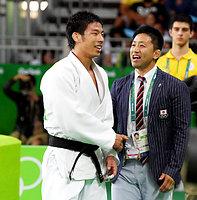 男子81キロ級3位決定戦で銅メダルを獲得してコーチと握手する永瀬貴規(左)=竹花徹朗撮影