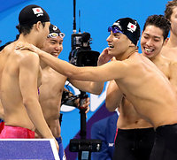 男子800メートルリレーで銅メダル獲得を喜ぶ(左から)小堀勇気、江原騎士、松田丈志、萩野公介=9日、五輪水泳競技場、西畑志朗撮影