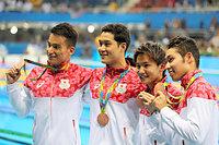 男子800メートルリレーの表彰式を終え、銅メダルを掲げる(左から)松田丈志、小堀勇気、江原騎士、萩野公介=西畑志朗撮影