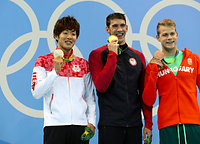 男子200メートルバタフライで銀メダルを獲得した坂井聖人(左)。中央は優勝したマイケル・フェルプス=西畑志朗撮影
