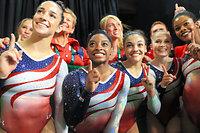 女子団体で金メダル獲得を決めたアメリカの選手たち=長島一浩撮影