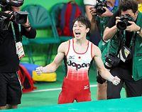 男子個人総合で金メダル獲得を決めて喜ぶ内村航平=林敏行撮影