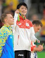 表彰式で金メダルを見せる内村航平=長島一浩撮影