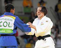 女子70級決勝で金メダルを獲得し、アルベアルと笑顔で握手をかわす田知本遥(右)=竹花徹朗撮影