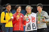 表彰式で金メダルを掲げる田知本遥(左から2人目)=竹花徹朗撮影
