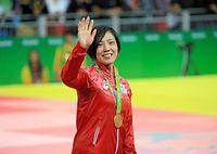 金メダルを胸に、観客席に手を振る田知本遙=樫山晃生撮影