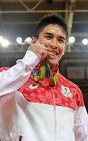 男子90キロ級で優勝し、金メダルをかじるベイカー茉秋=竹花徹朗撮影