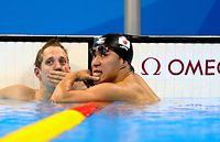 男子200メートル平泳ぎで5位となり悔しそうな表情を見せる小関也朱篤(右)=林敏行撮影