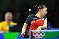 女子シングルス3位決定戦で、キム・ソンイのショットを体に受ける福原愛=長島一浩撮影