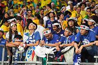 予選敗退となり、肩を落とす日本のサポーターら=諫山卓弥撮影