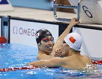 男子200メートル個人メドレーで銀メダルを獲得した萩野公介(左)=西畑志朗撮影