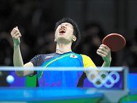 男子シングルス3位決定戦で銅メダル獲得を決め、ガッツポーズする水谷隼=長島一浩撮影