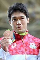男子100キロ級表彰式を終え、銅メダルを見せる羽賀龍之介=竹花徹朗撮影
